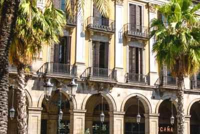 Reconstruction d'une auberge de jeunesse dans un centre touristique de Barcelone avec vue sur les sites célèbres